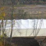 Укрытие теннисного корта на берегу реки